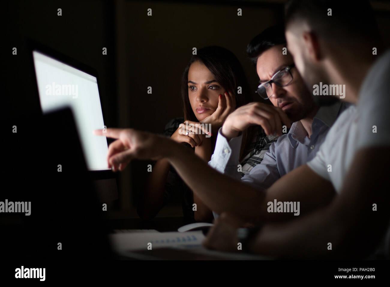 I dipendenti a discutere di problemi aziendali Immagini Stock