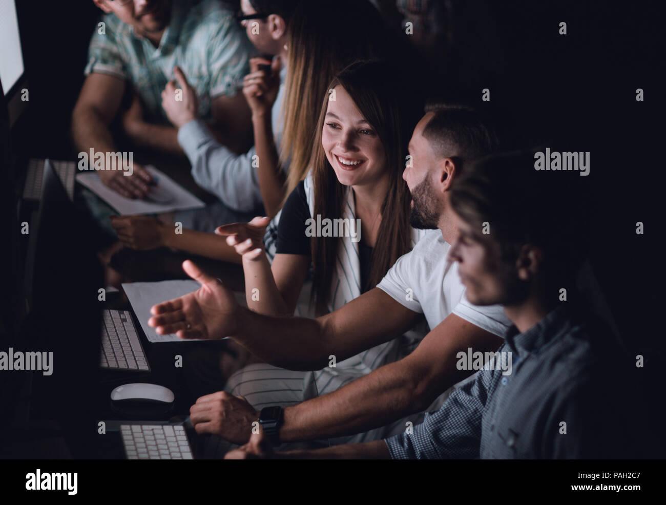 Attività creative team lavora le ore di lavoro straordinario Immagini Stock