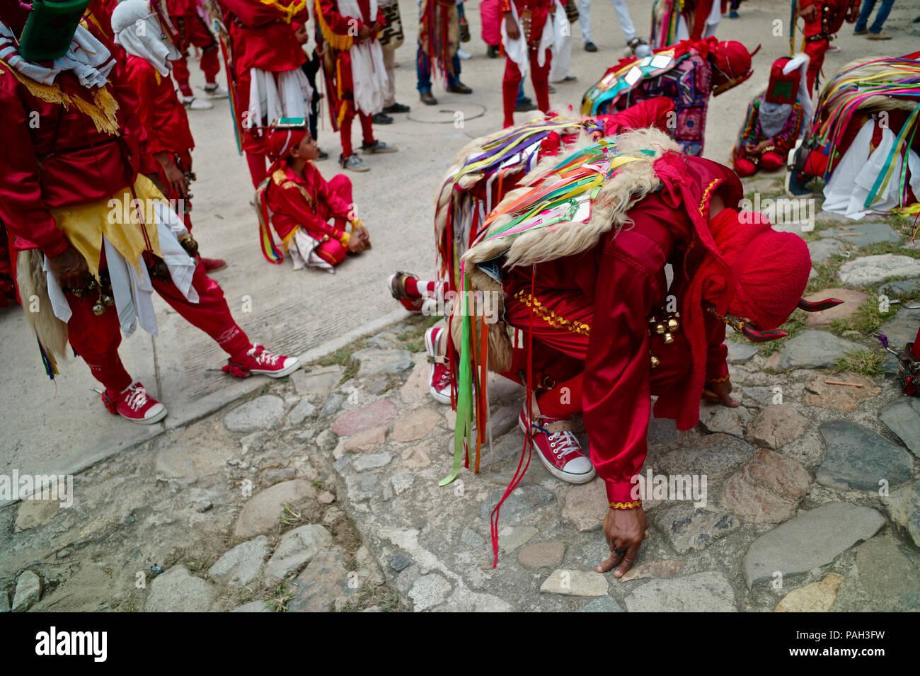 Ai piedi del colle del cime innevate della Sierra Nevada, entro il Kankuamo indiani territorio una coloratissima celebrazione della festa cristiana di Co Immagini Stock