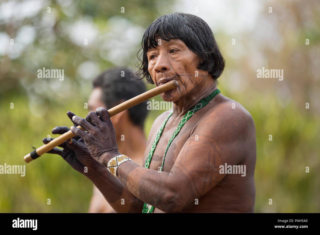 Sud America, Panama, Darien la giungla. Embera uomo suonare il flauto. Immagini Stock