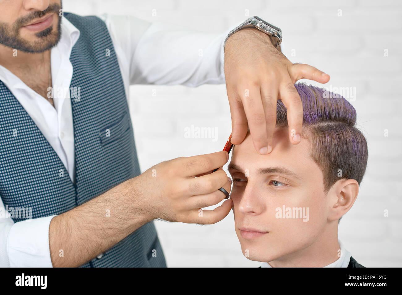 Barbiere Facendo Un Taglio Di Capelli Per Giovani Client Con Tonico