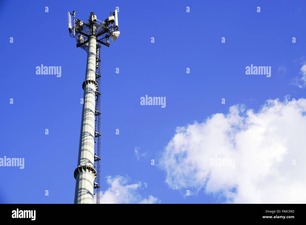 Telefono Cellulare Di Stazioni Di Base Con Cielo Azzurro Sfondo In