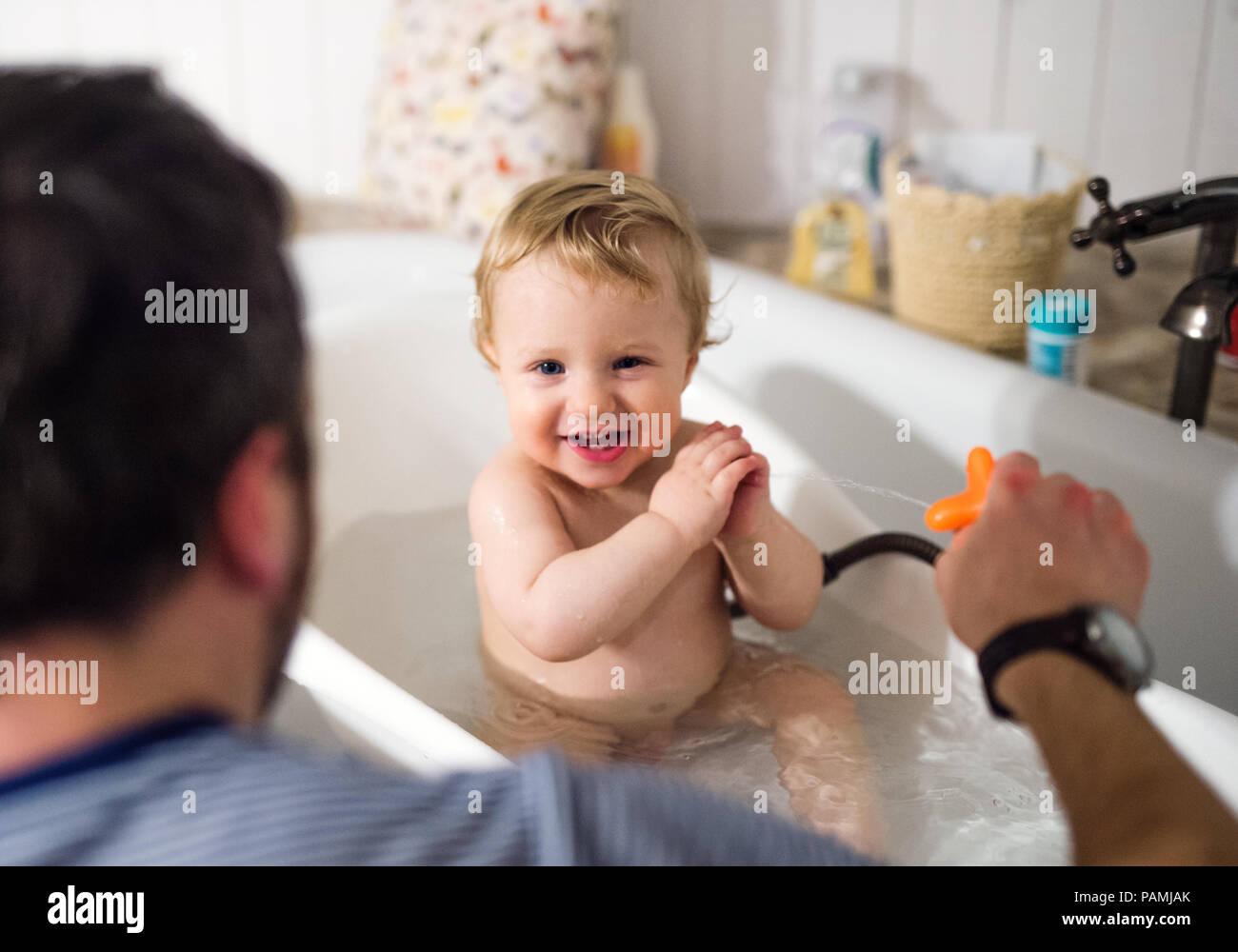 Bagno Con Un Ragazzo : Padre giocando con un bimbo piccolo ragazzo in bagno a casa foto