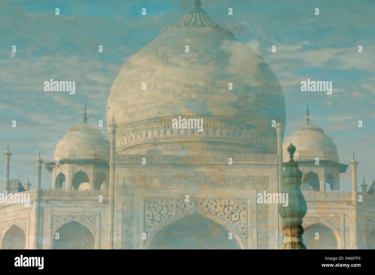 Taj Mahal reflection in acqua a Agra un Sito Patrimonio Mondiale dell'UNESCO, un monumento di amore, di Agra, Uttar Pradesh, India. Immagini Stock