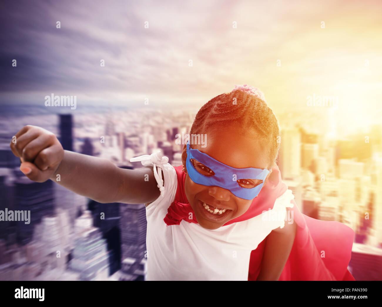 Bambino agisce come un supereroe per salvare il mondo Immagini Stock