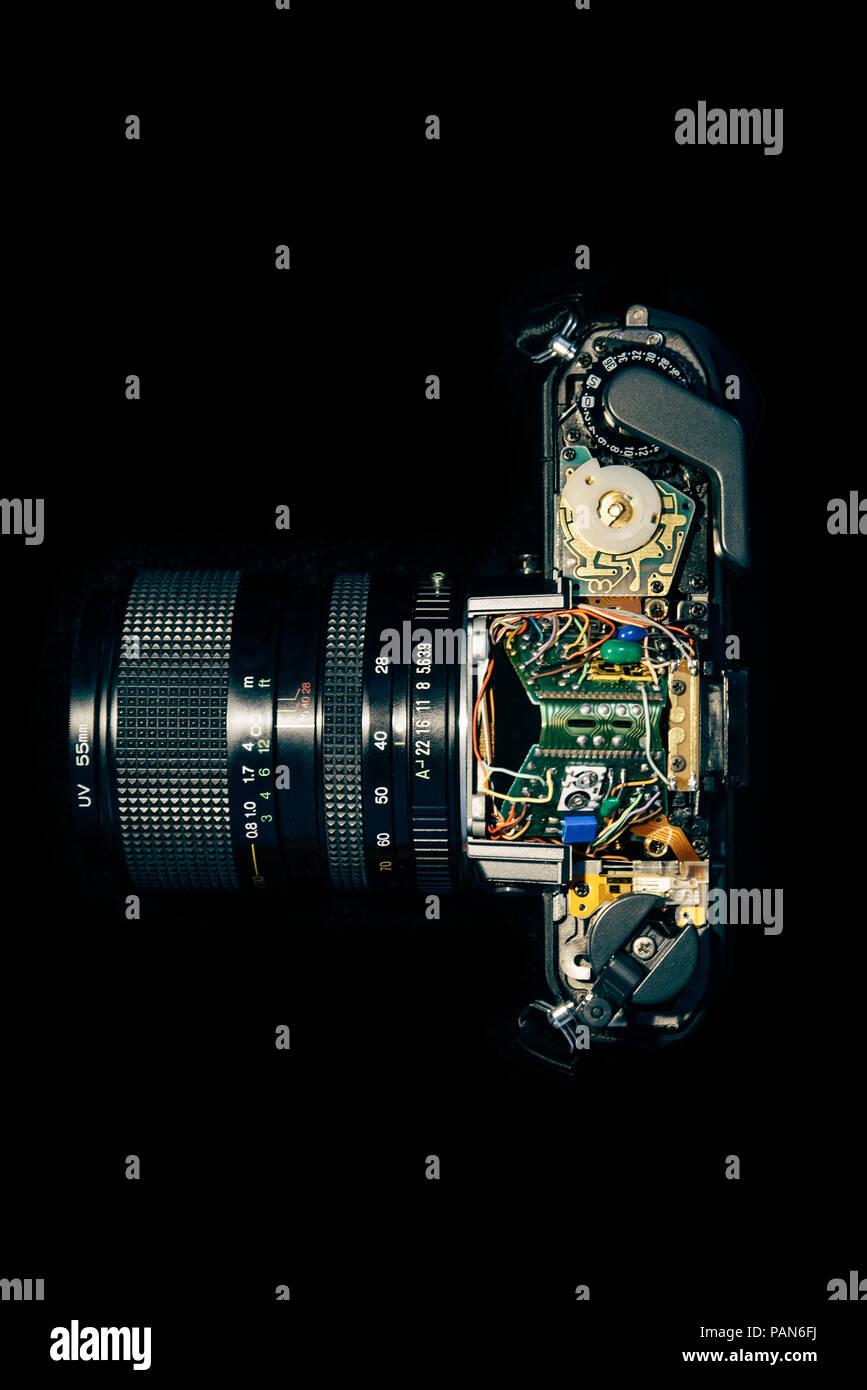 Smontaggio vintage fotocamera reflex che mostra electronics per la riparazione Immagini Stock