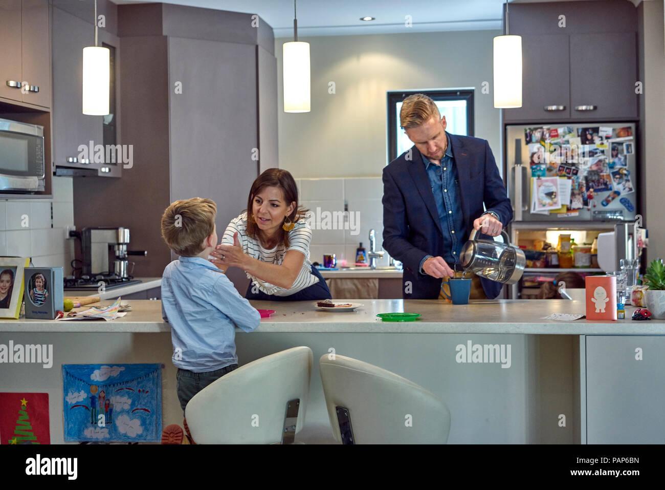 Scena quotidiana di una famiglia in cucina a casa Immagini Stock