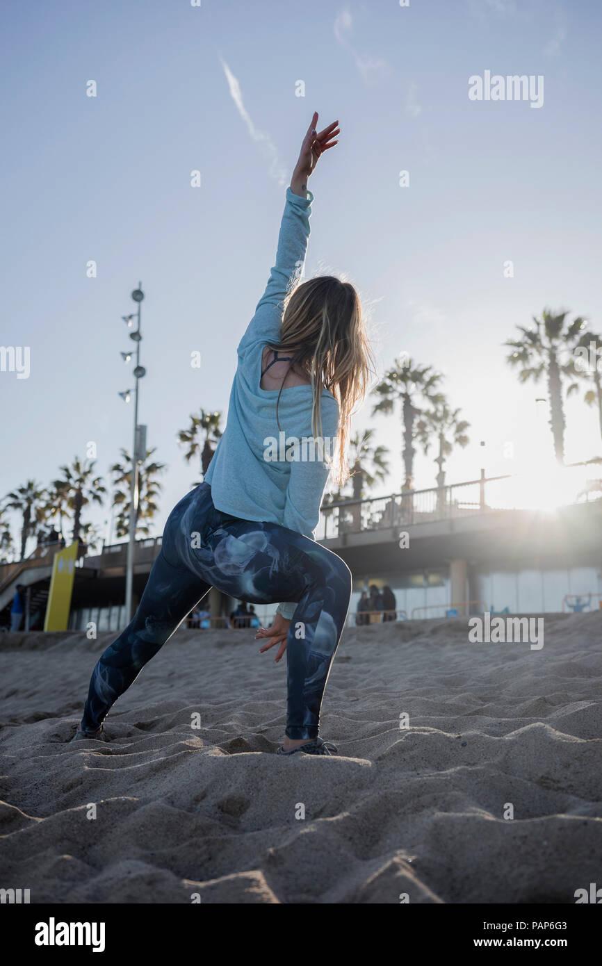 Donna durante gli allenamenti sulla spiaggia Immagini Stock