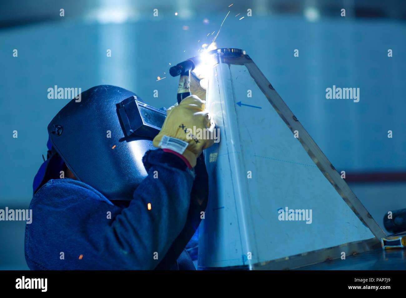 Saldatrice in impianti industriali serbatoi di saldatura Immagini Stock