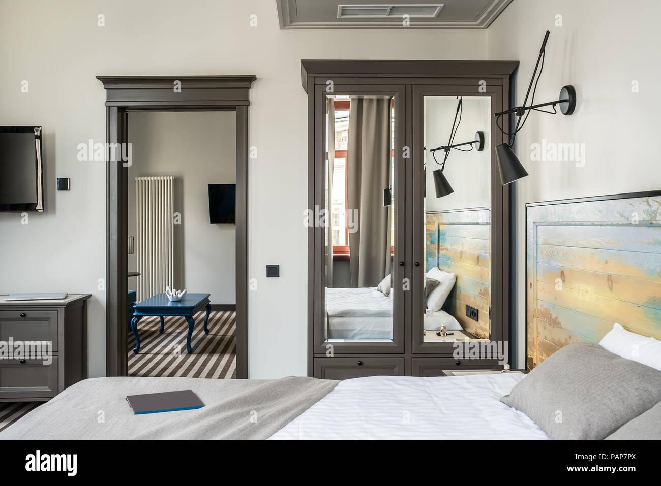 Parete Testata Letto Matrimoniale elegante camera con pareti di colore chiaro e un pavimento