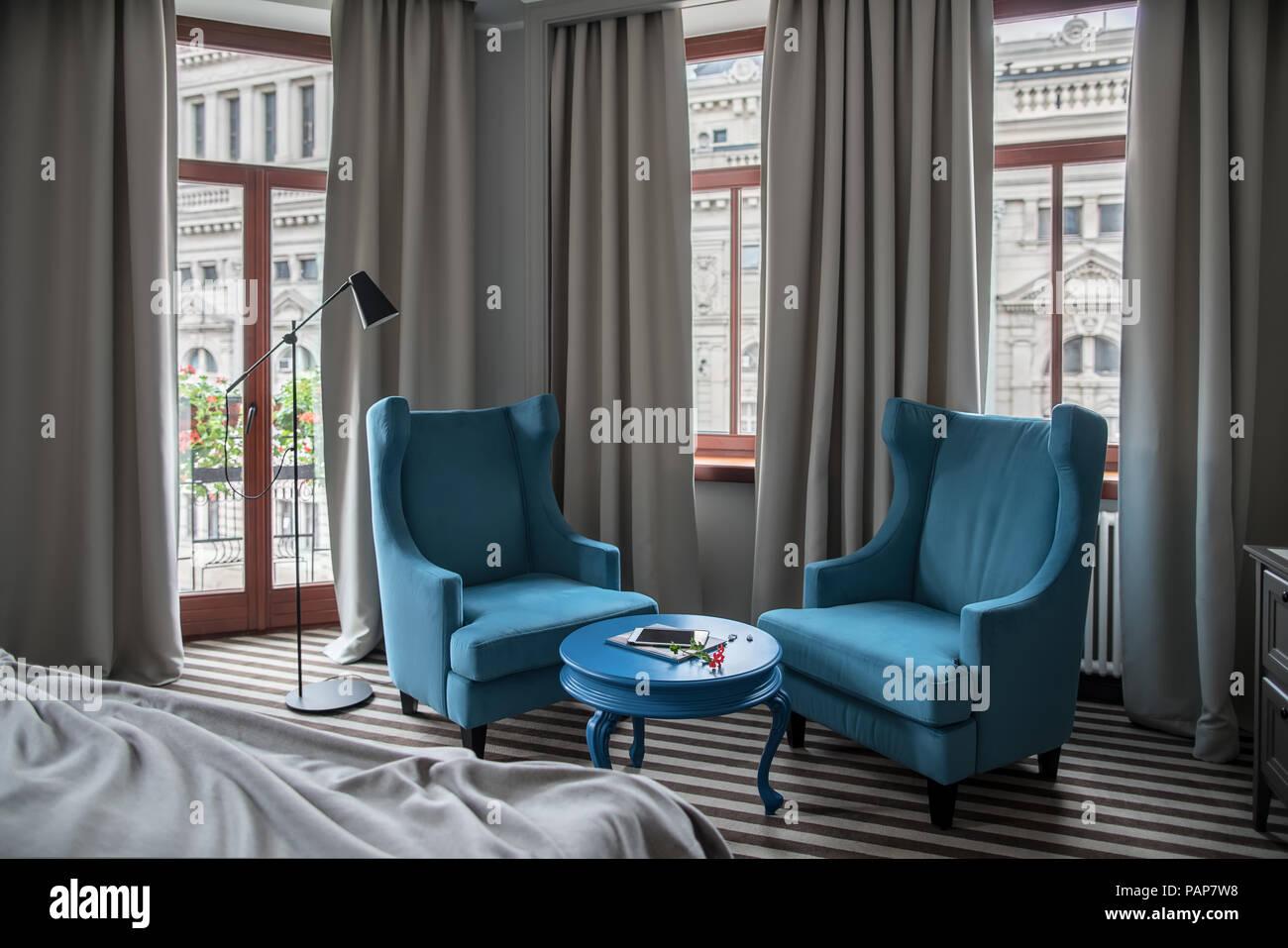 Pavimento Scuro Colore Pareti : Hotel stanza con pareti di colore chiaro e un pavimento striato. vi