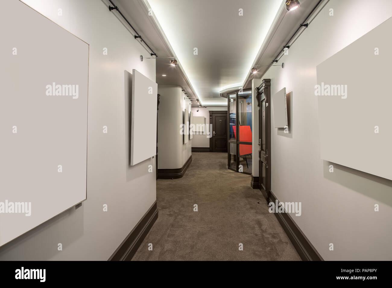 Pareti Beige Chiaro : Corridoio luminosa con pareti di colore chiaro e un tappeto beige