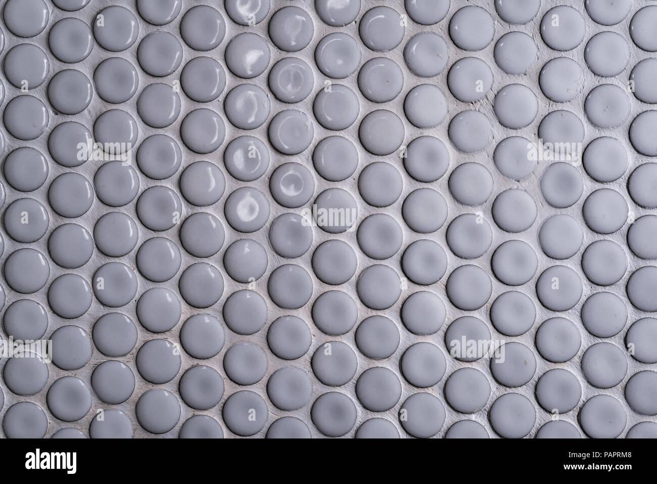 White piastrelle in ceramica a parete con molti rotondo piccolo