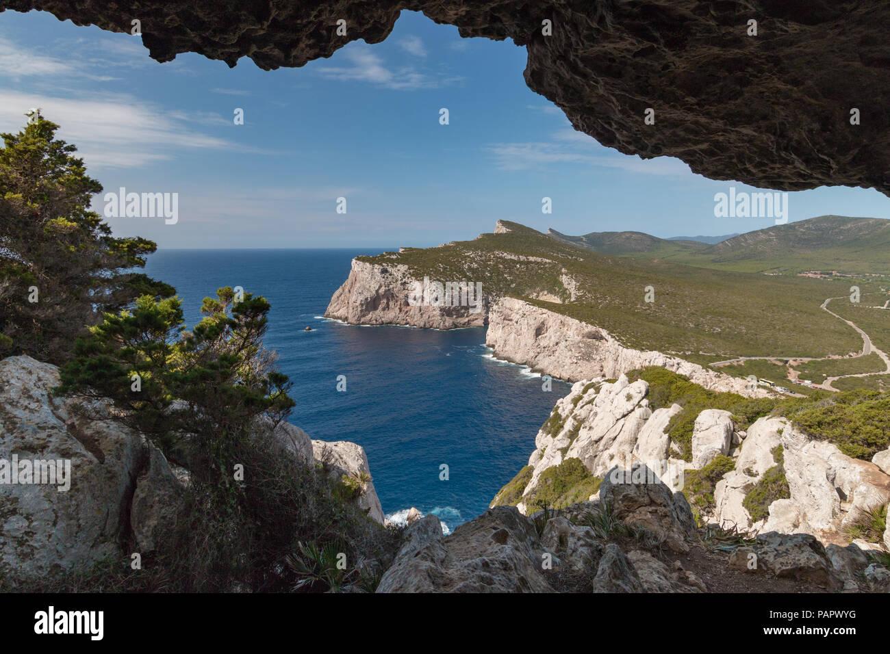 Paesaggio visto dalla Grotta dei vasi rotti accanto a Capo Caccia sull'isola italiana di Sardegna Immagini Stock