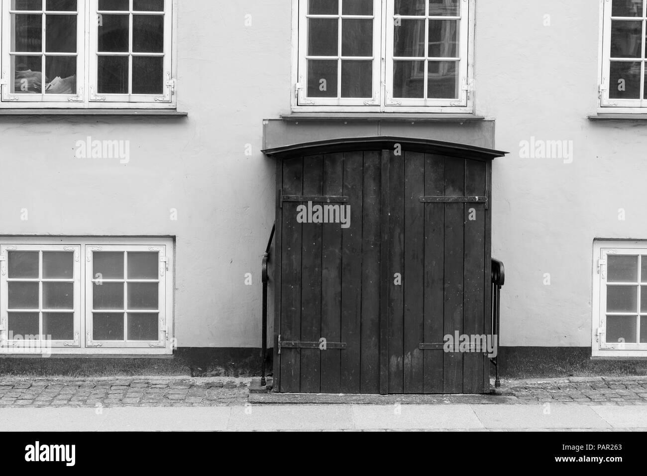 29153ad8a50 Una doppia porta fotografato in bianco e nero. Windows circondano il  portale, con una