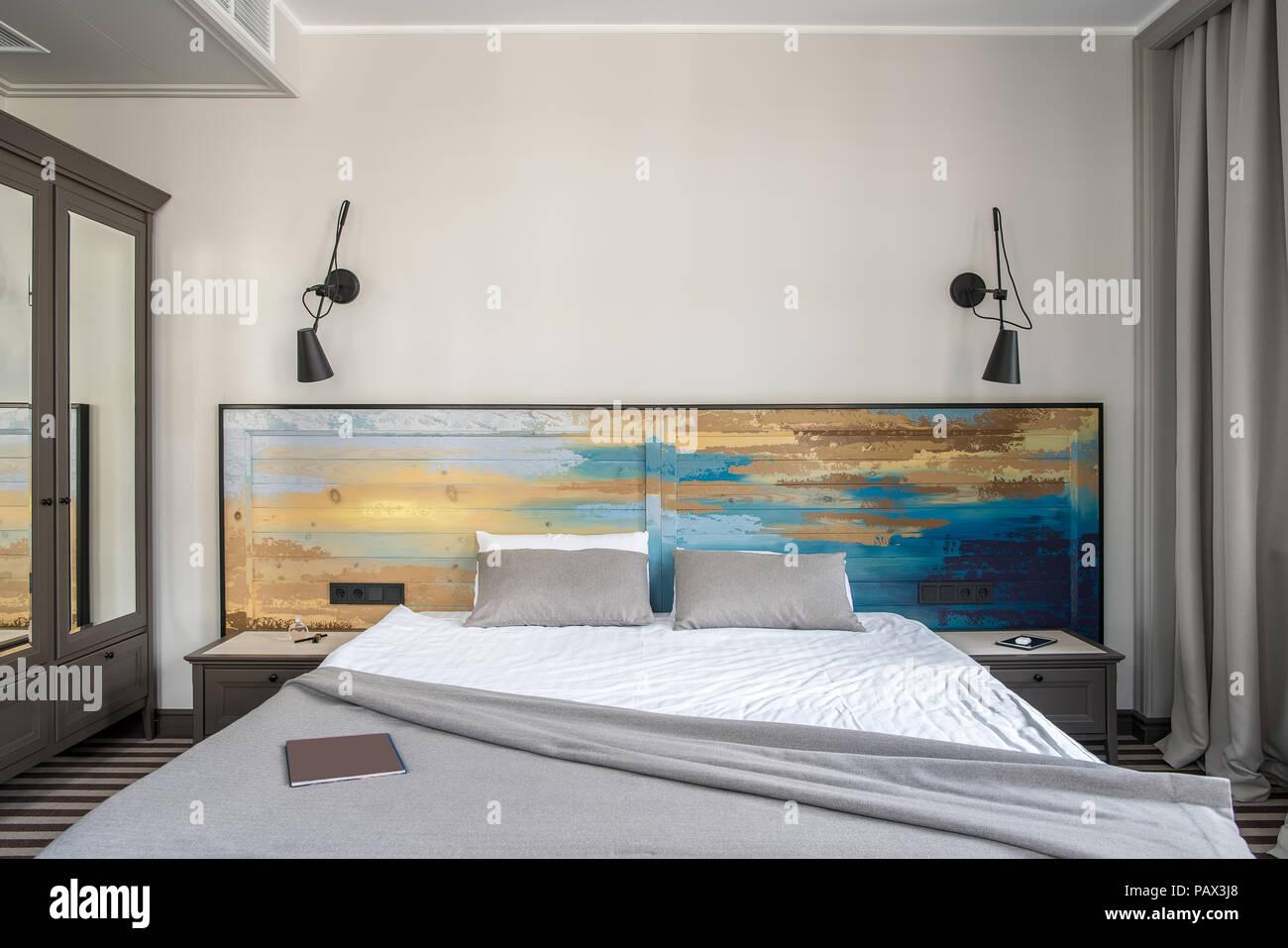 Parete Testata Letto Matrimoniale hotel confortevole camera con pareti di colore chiaro e un