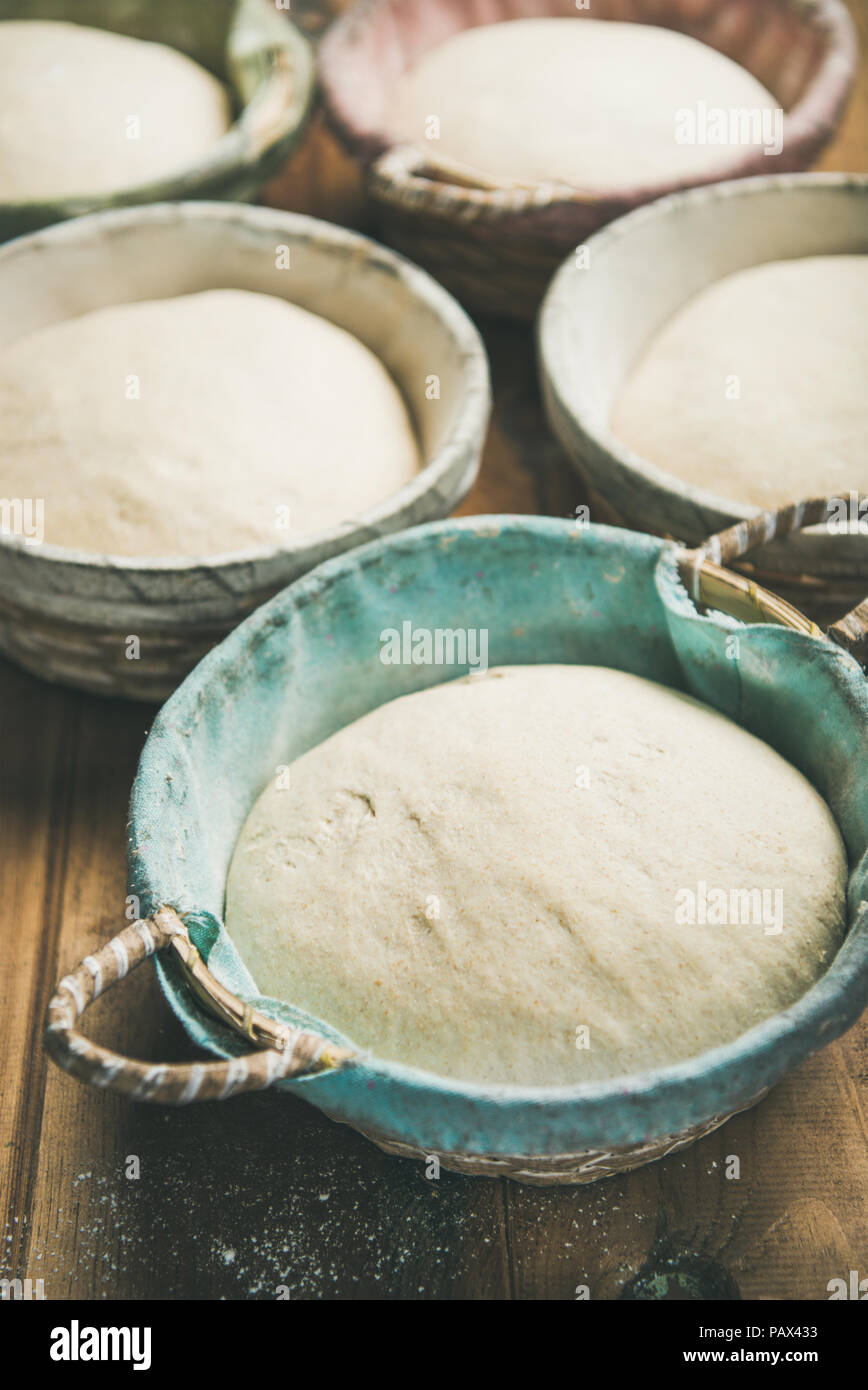 Pasta madre per cuocere il pane fatto in casa in ceste, il fuoco selettivo Immagini Stock