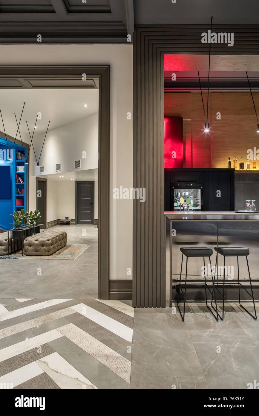 Corridoio Moderno E Un Bar In Un Hotel Con Pareti Di Colore
