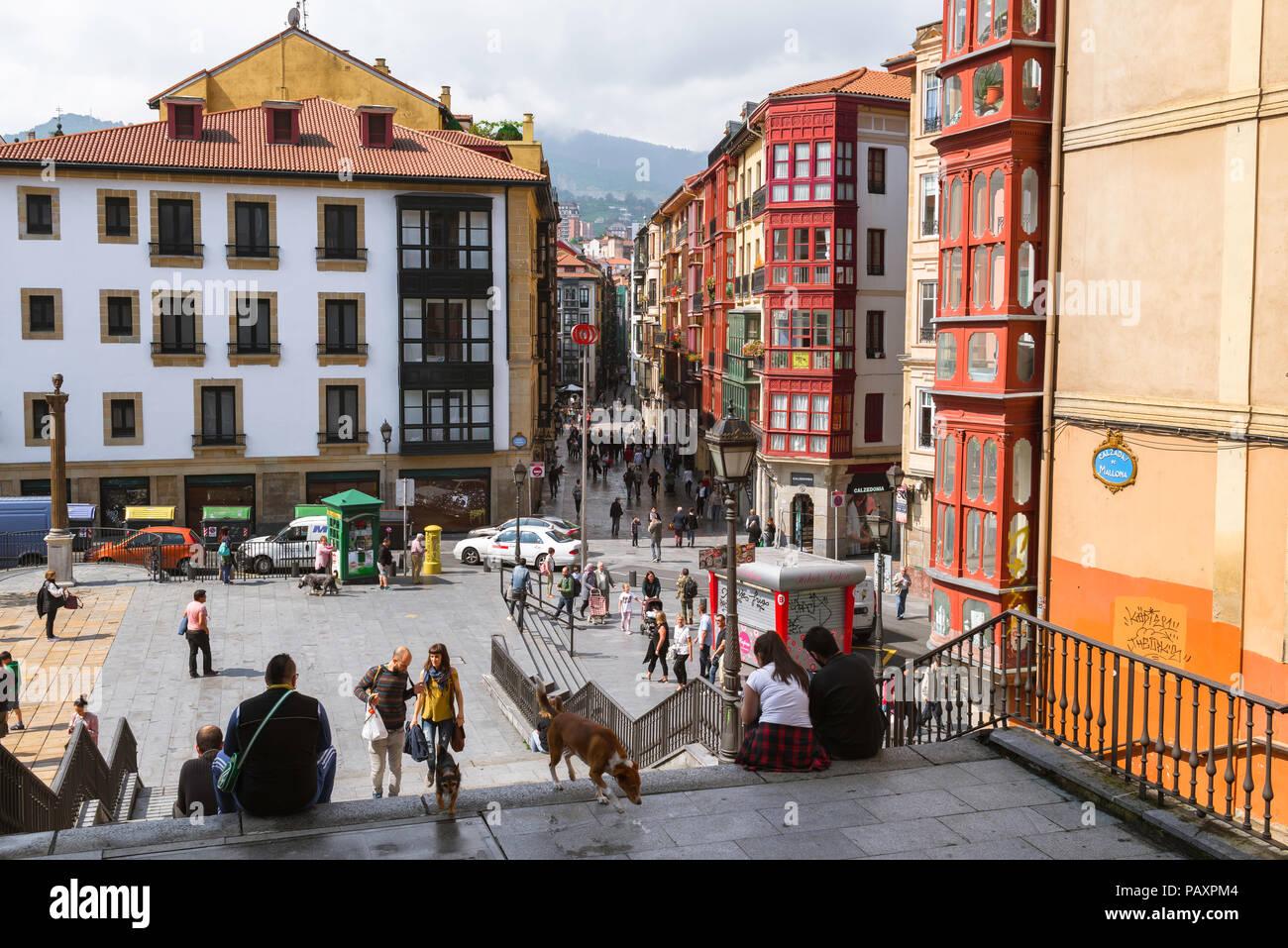 Bilbao Centro storico, vista di edifici e persone nella Plaza de Unamuno nel centro della città vecchia (Casco Viejo) zona di Bilbao, Spagna. Immagini Stock