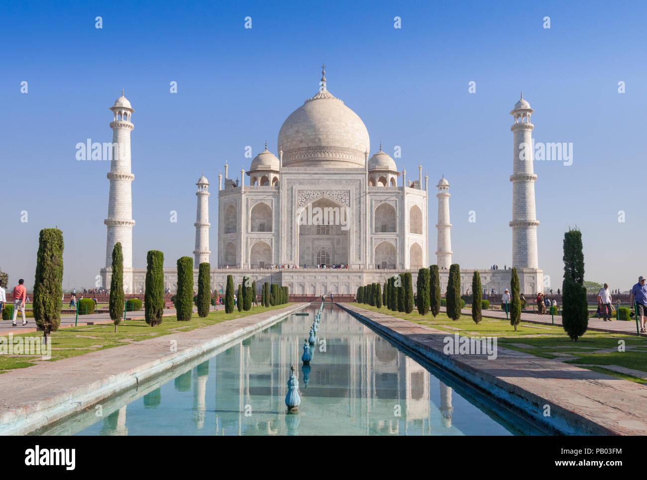 Taj Mahal di prima mattina con piscina riflessione Agra India Immagini Stock
