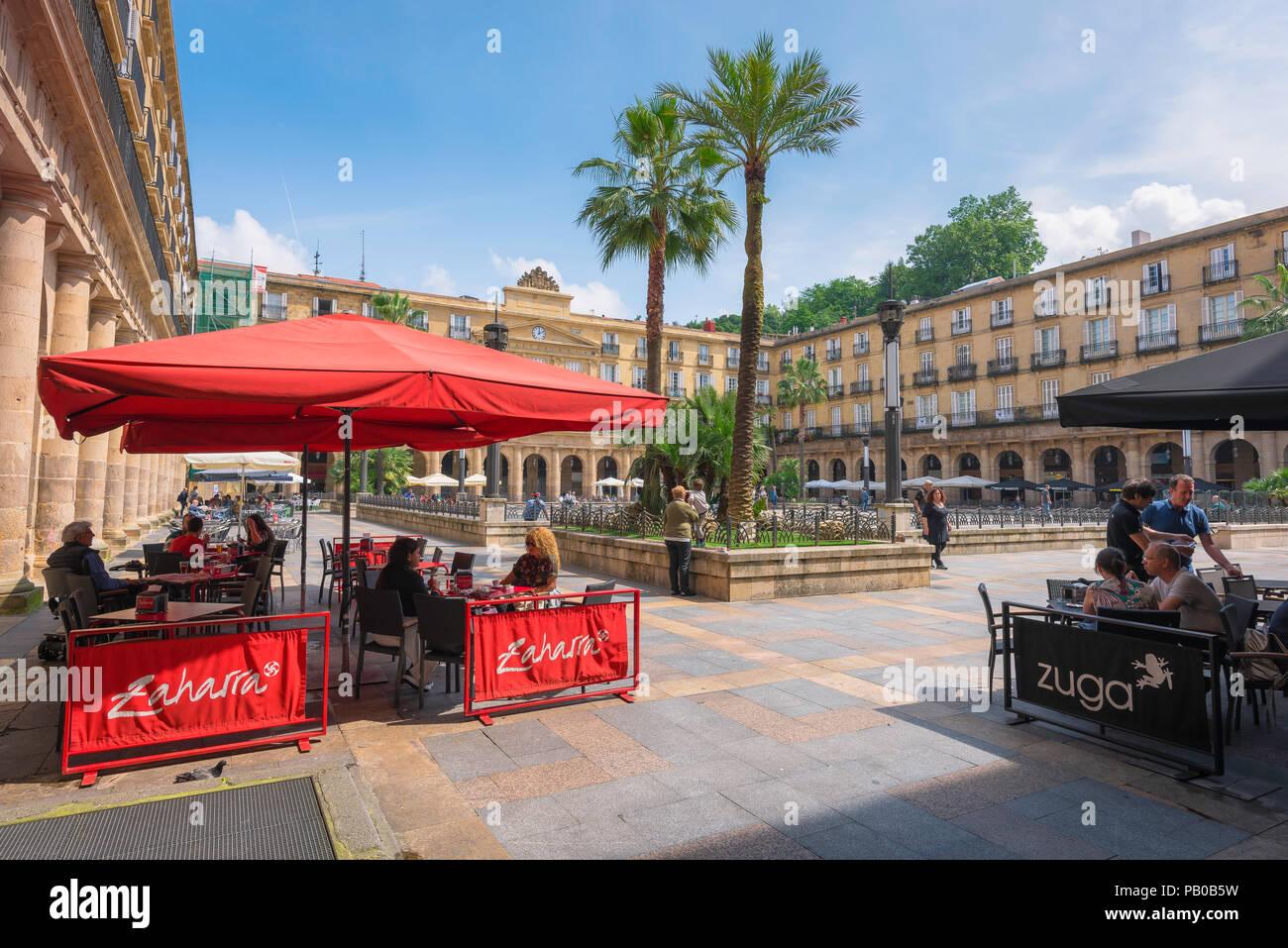 Bilbao Plaza Nueva, vista di persone sedute a terrazze dei bar in Plaza Nueva nella Città Vecchia (Casco Vieja) zona di Bilbao, Spagna. Immagini Stock