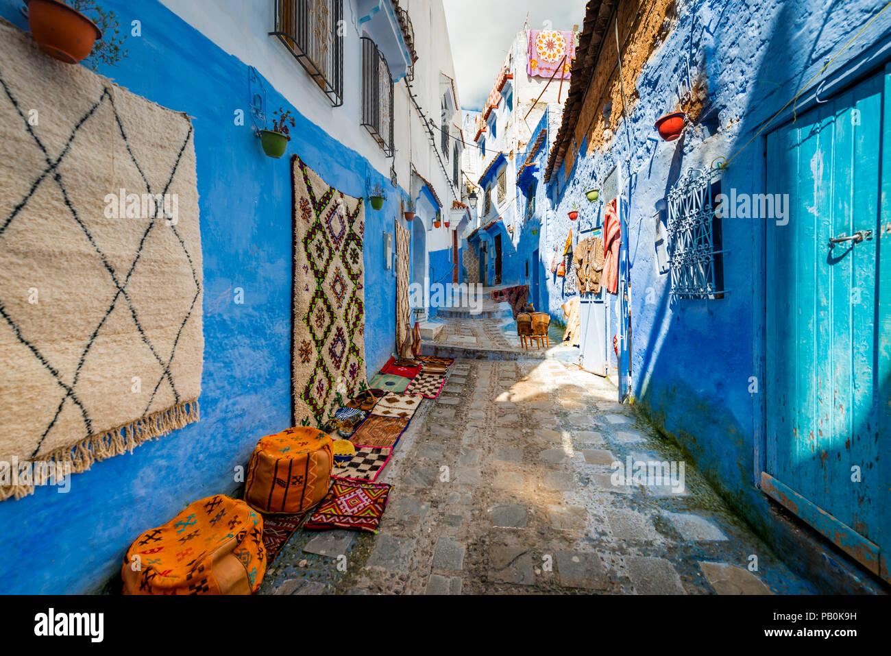 Case Blu Marocco : Vicolo stretto moquette e negozi di artigianato case blu medina