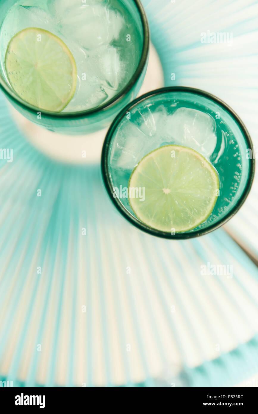 Un paio di rinfresco di bibite gassate con fettine di lime in estate. Immagini Stock