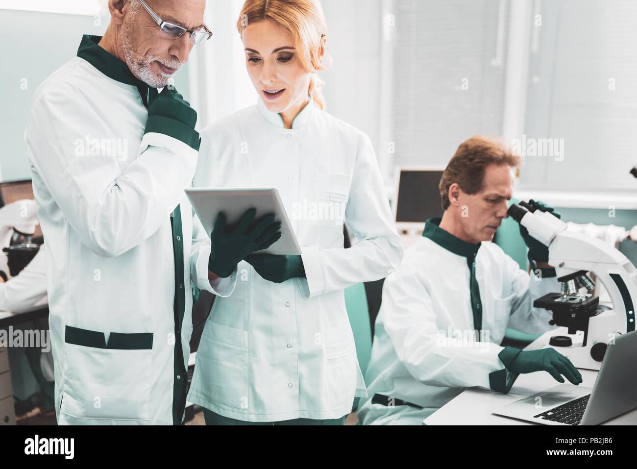 I biologi intelligente di studiare il processo di mutazione Immagini Stock