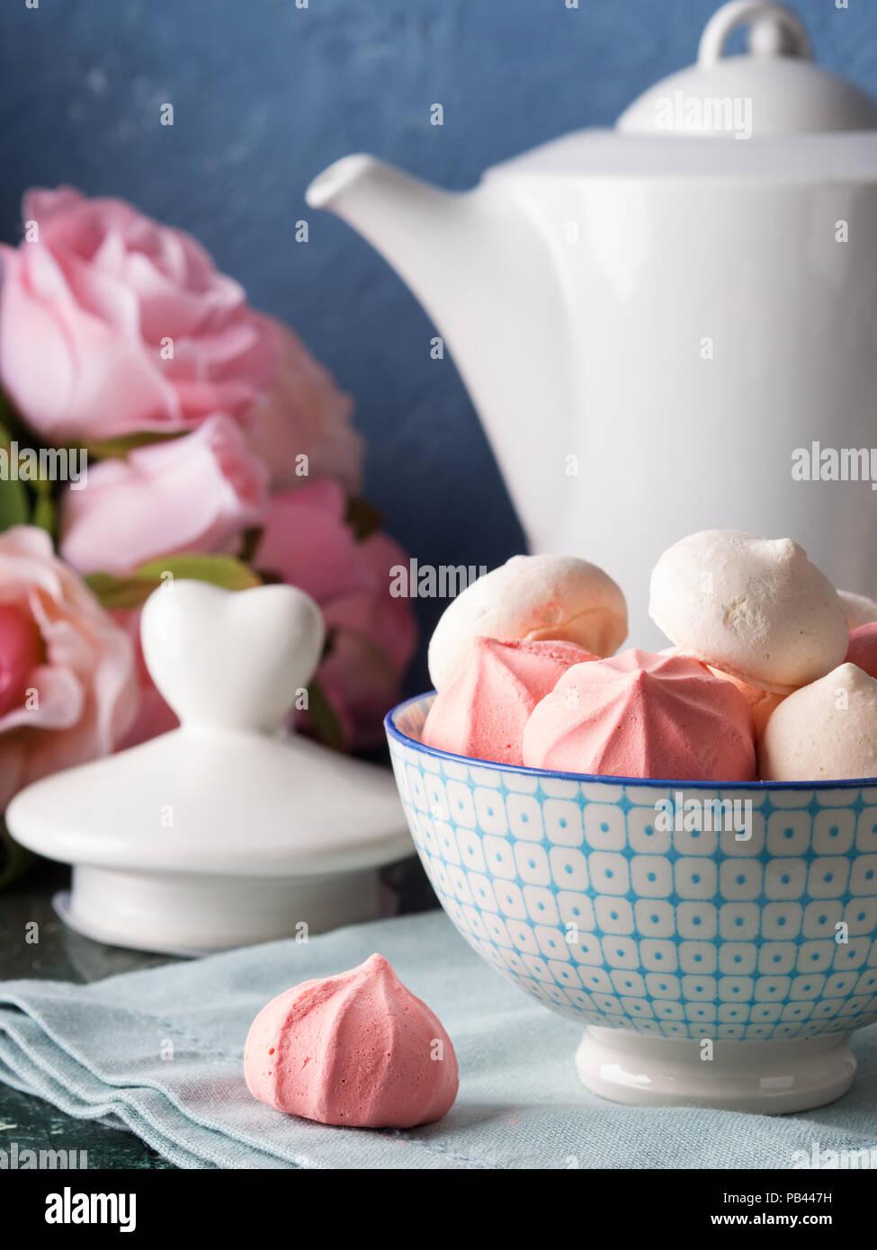 Rosa E Bianco Meringhe In Ceramica Ciotola Cina Su Sfondo Blu Con