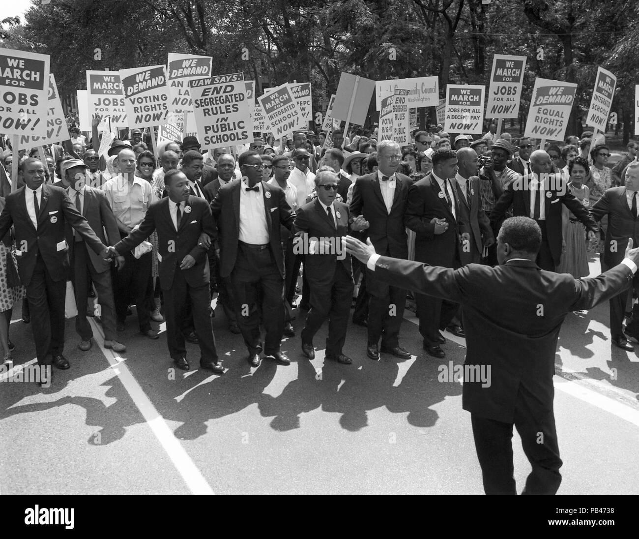 """Martin Luther King Jr e altri diritti civili leader presso la testa del marzo su Washington per posti di lavoro e di libertà Su agosto 28,1963. Il mese di marzo si è conclusa presso il Lincoln Memorial, dove il dottor re consegnato il suo """"Ho un sogno"""" discorso. Immagini Stock"""