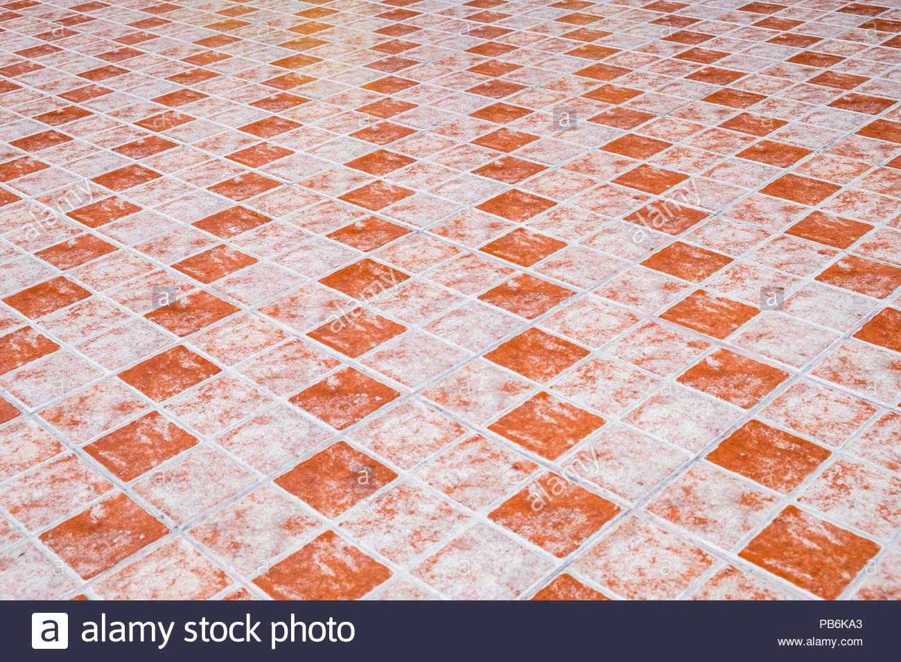 Piano tavolo arancione con piastrelle di ceramica in sfondo piatto