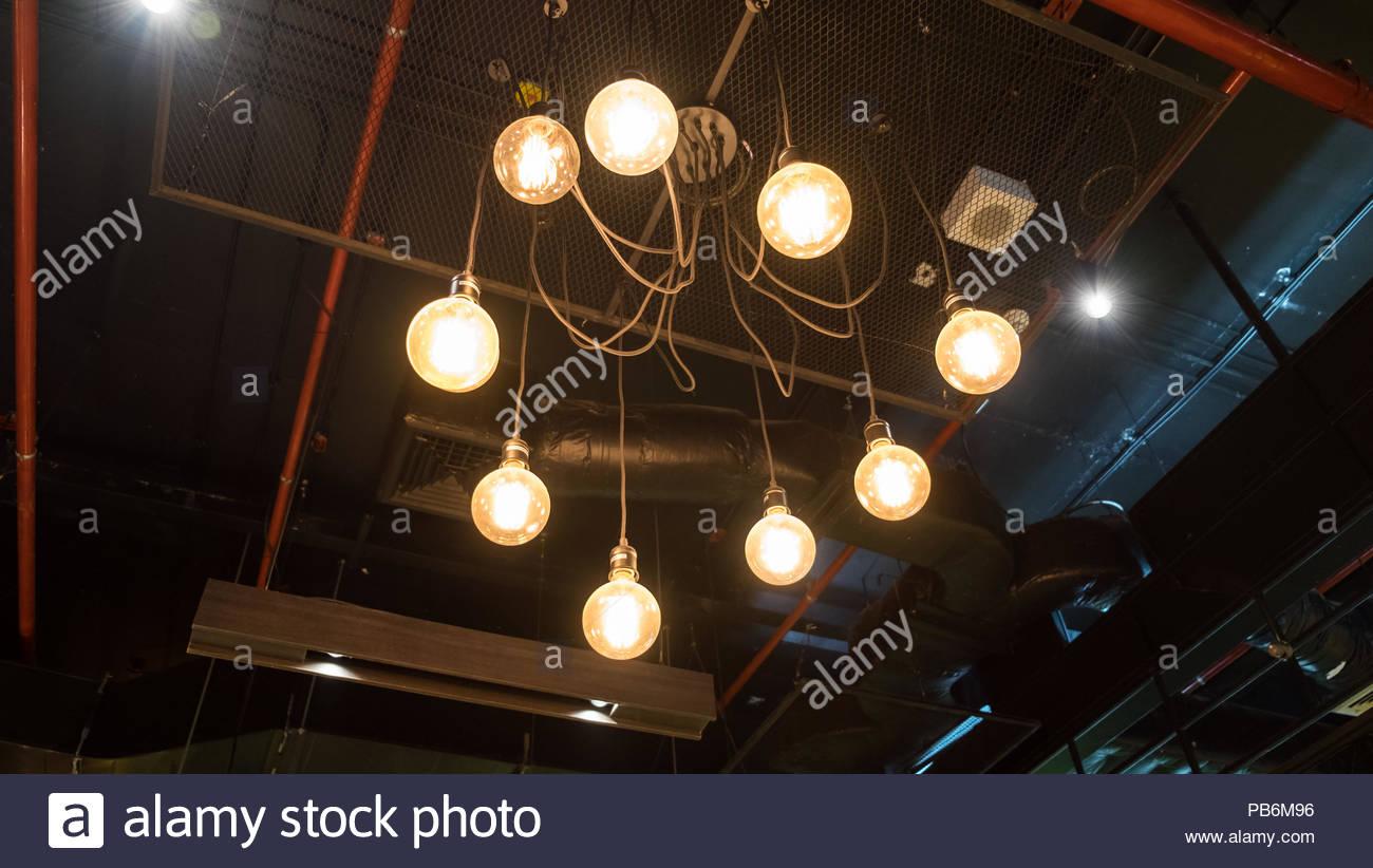 Lanterna Illuminazione : Illuminazione lanterna antica appeso nel tetto di sfiato aria foto