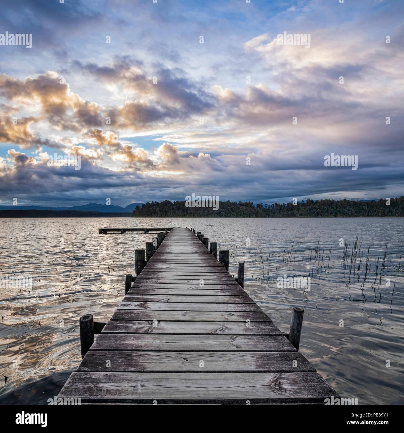 Pontile Lago Mapourika, sulla costa occidentale dell'Isola Sud della Nuova Zelanda. Immagini Stock