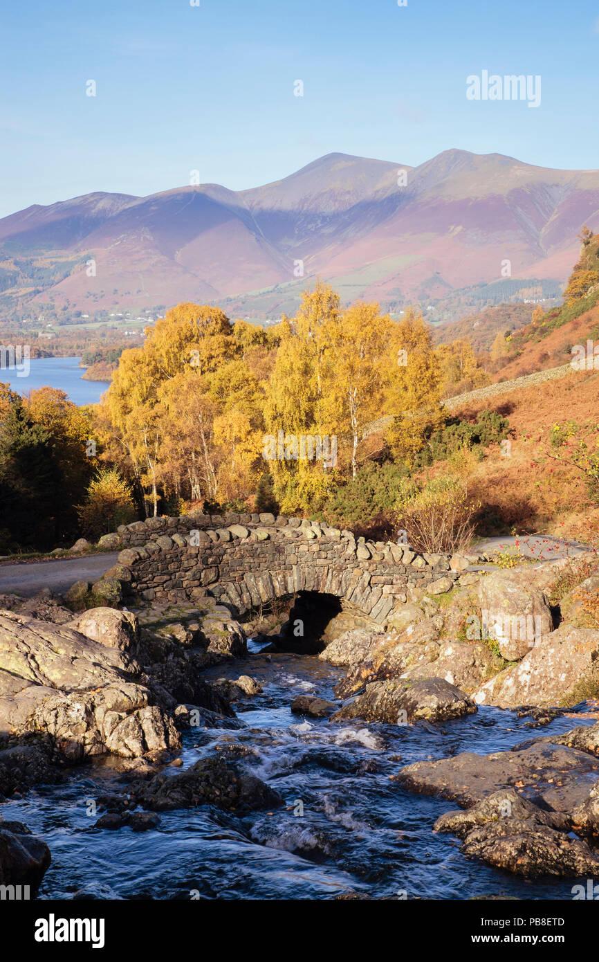 Ashness ponte che attraversa un ruscello di montagna e gli alberi in autunno in inglese il Parco Nazionale del Distretto dei Laghi Keswick Borrowdale Cumbria Inghilterra UK Gran Bretagna Immagini Stock