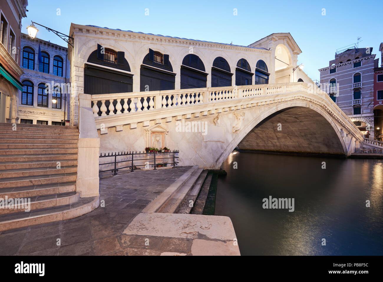 Il Canal Grande e il ponte di Rialto in mattinata, nessuno a Venezia, Italia Immagini Stock