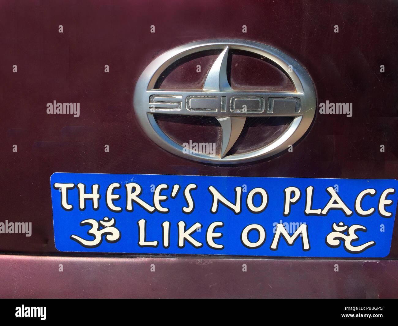 Un segno sul retro di un furgone, Maui, Hawaii. Nessun luogo come casa o OM, in inglese e in sanscrito script, Maui, Hawaii, STATI UNITI D'AMERICA Immagini Stock