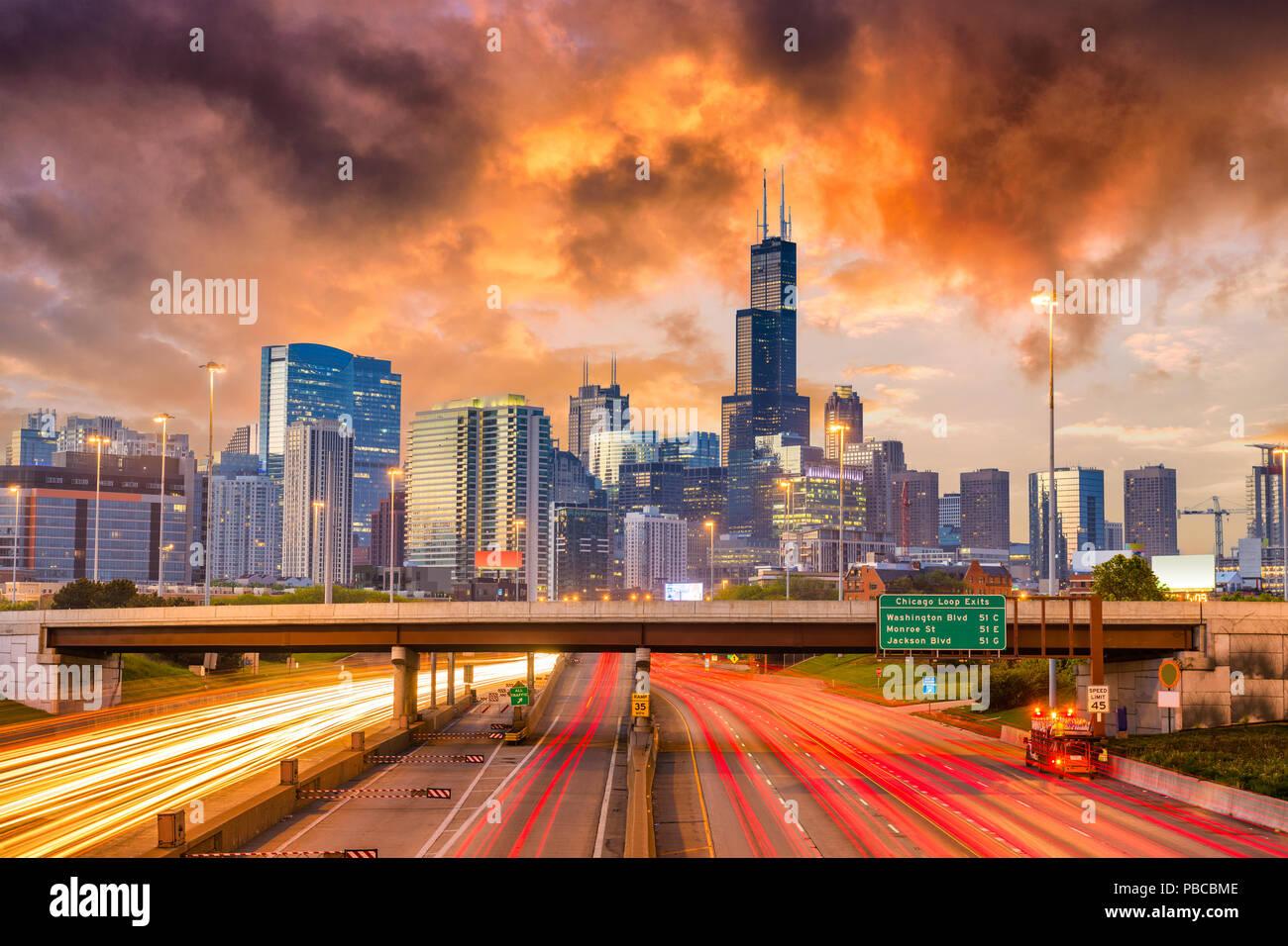 Chicago, Illinois, Stati Uniti d'America skyline del centro su autostrade al crepuscolo. Immagini Stock