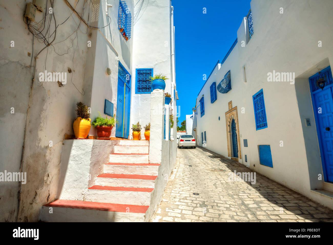 Strada stretta in bianco blu città di Sidi Bou Said. La Tunisia, Nord Africa Foto Stock