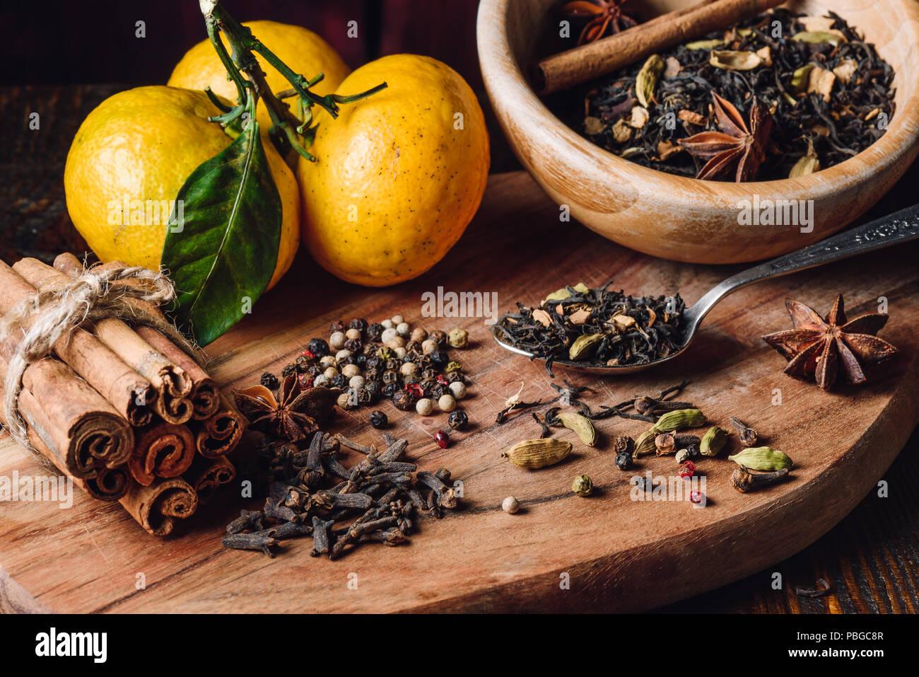 Indian Masala Chai ingredienti con tre tangerini Immagini Stock