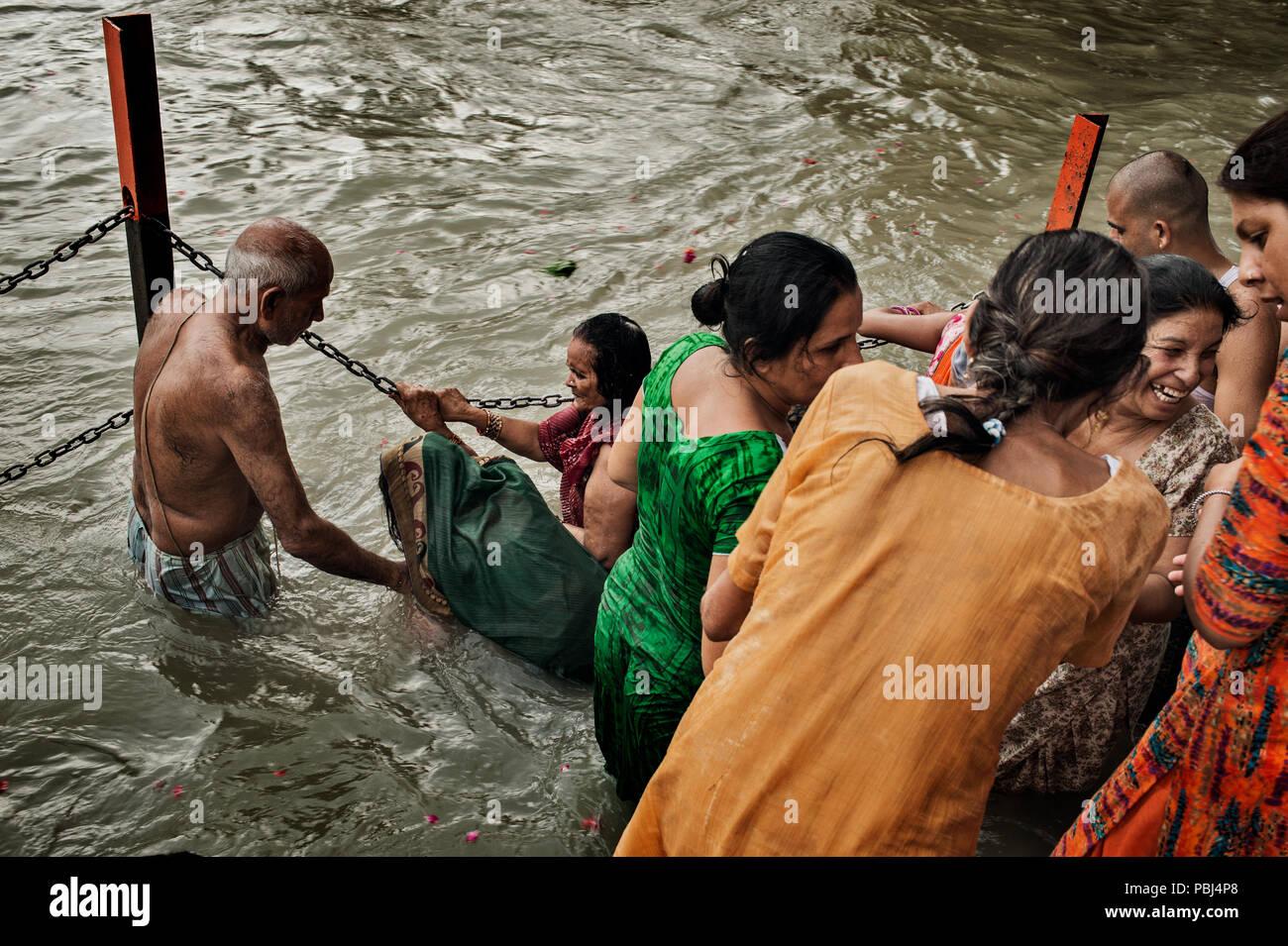Pellegrini indu bagnarsi nel Gange a Haridwar, India Immagini Stock