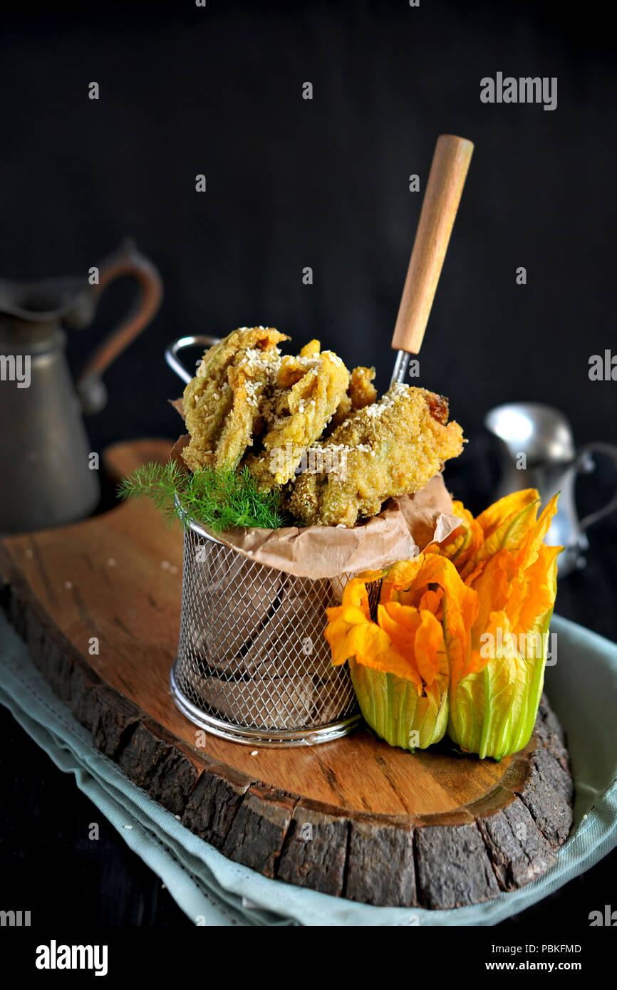 Fiori di zucca e zucchine fritte, la cucina tradizionale italiana. Spazio di copia Immagini Stock