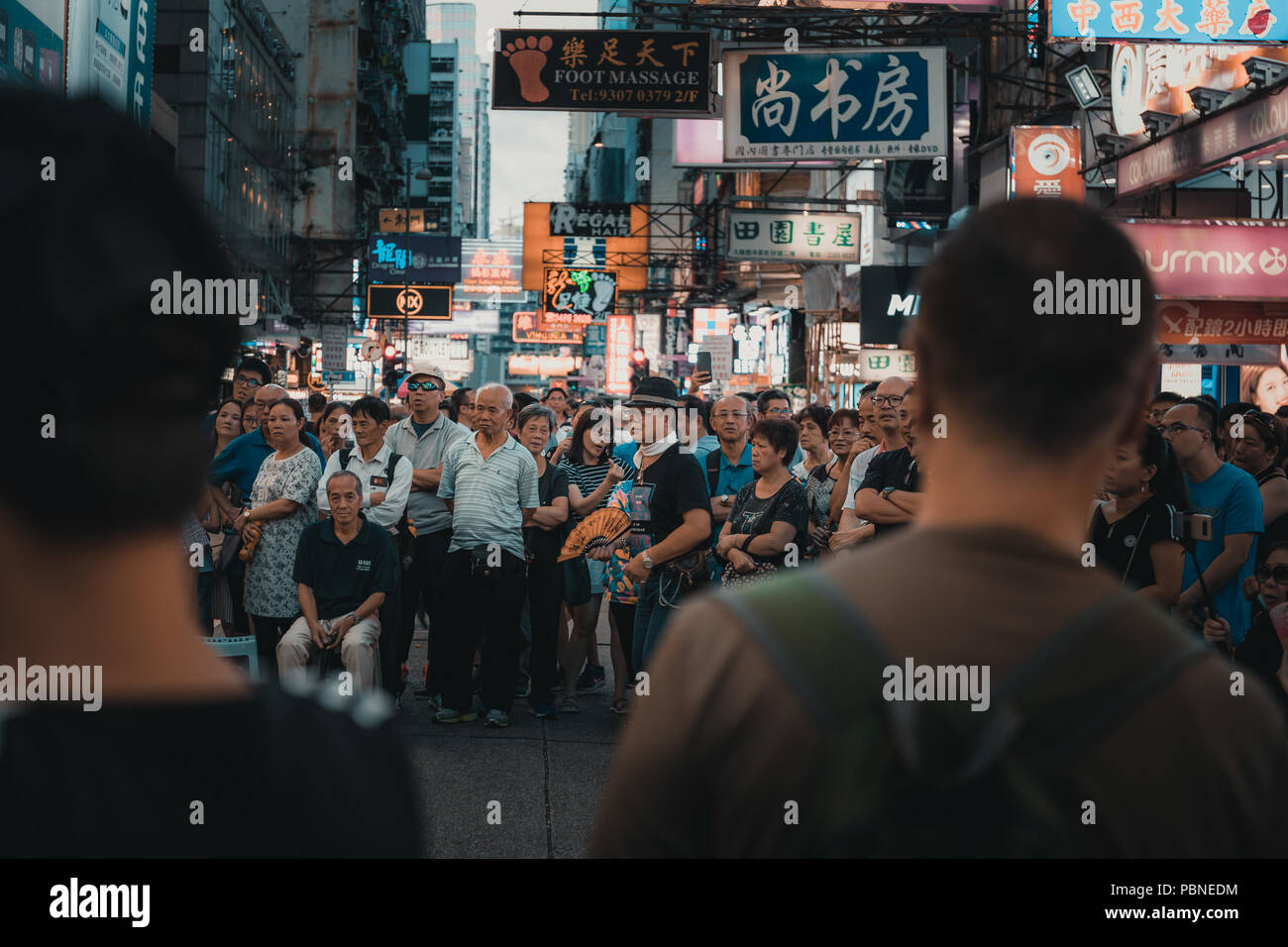 Luglio 28, 2018 Hong Kong: Mong Kok cultura di strada. Persone che guardano un musicista di strada prestazioni a Sai Yeung Choi Street, Mongkok in Hong Kong. Immagini Stock