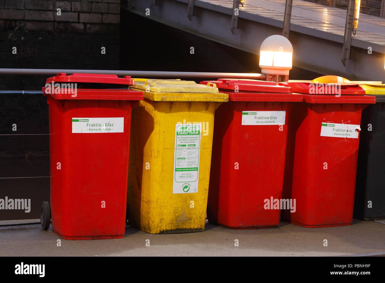 Colorato bidoni della spazzatura giallo bin per immondizia di