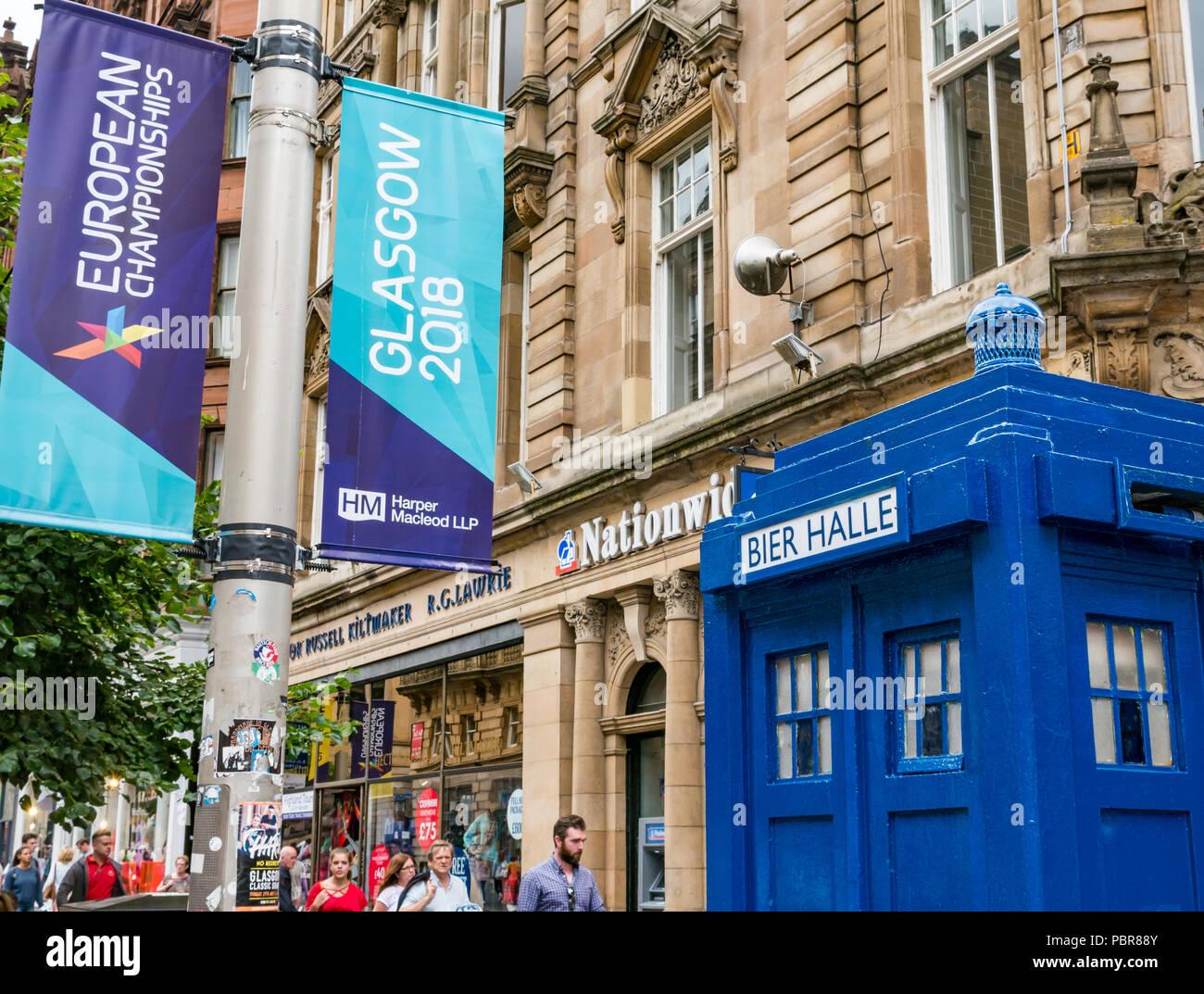 Dipinta di fresco Tardis polizia casella chiamata denominato Bier Halle e 2018 Campionati Europei banner, Buchanan Street, Glasgow, Scotland, Regno Unito Foto Stock