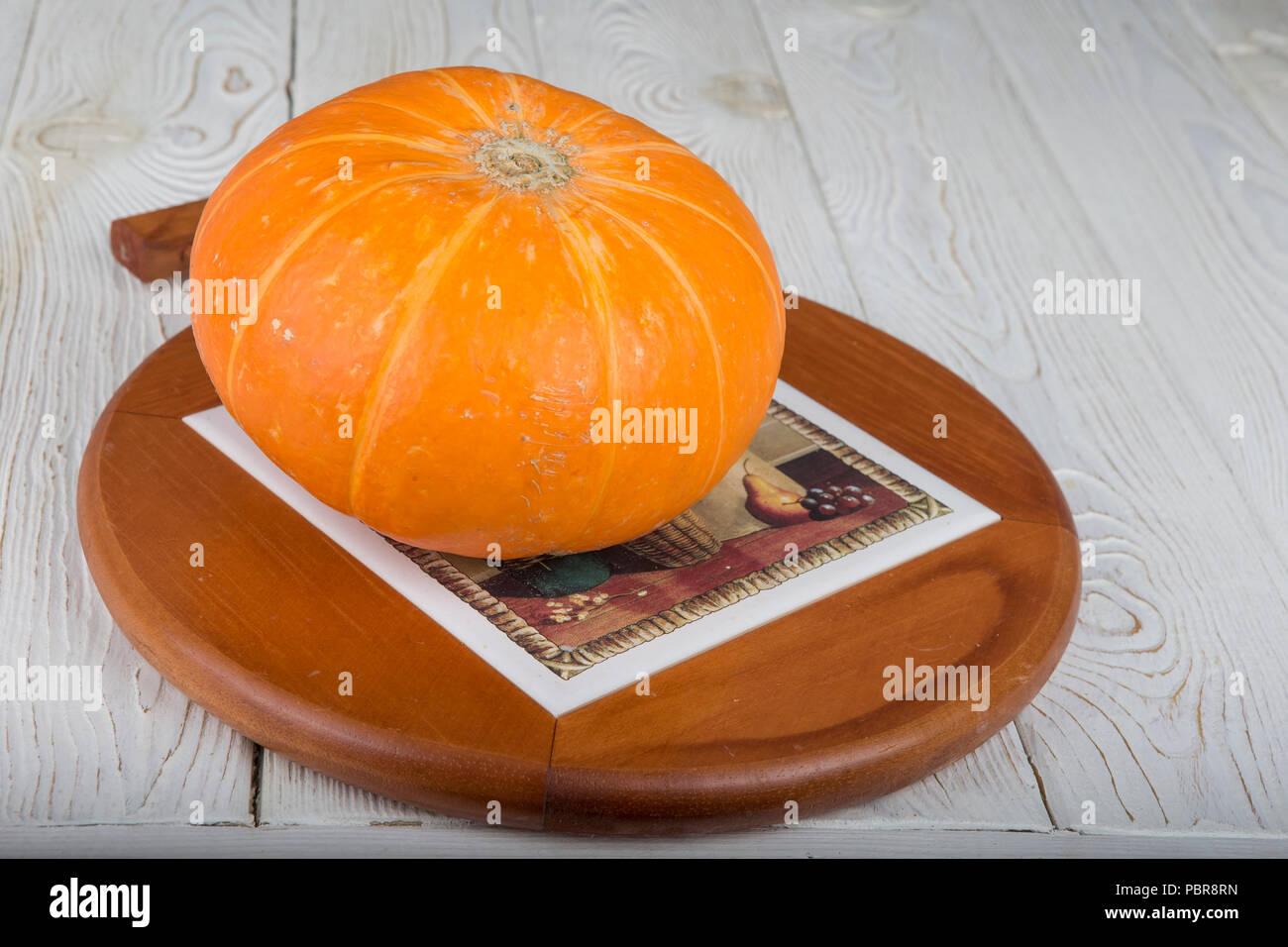Mature di zucca freschi. Su un tavolo di legno Foto Stock