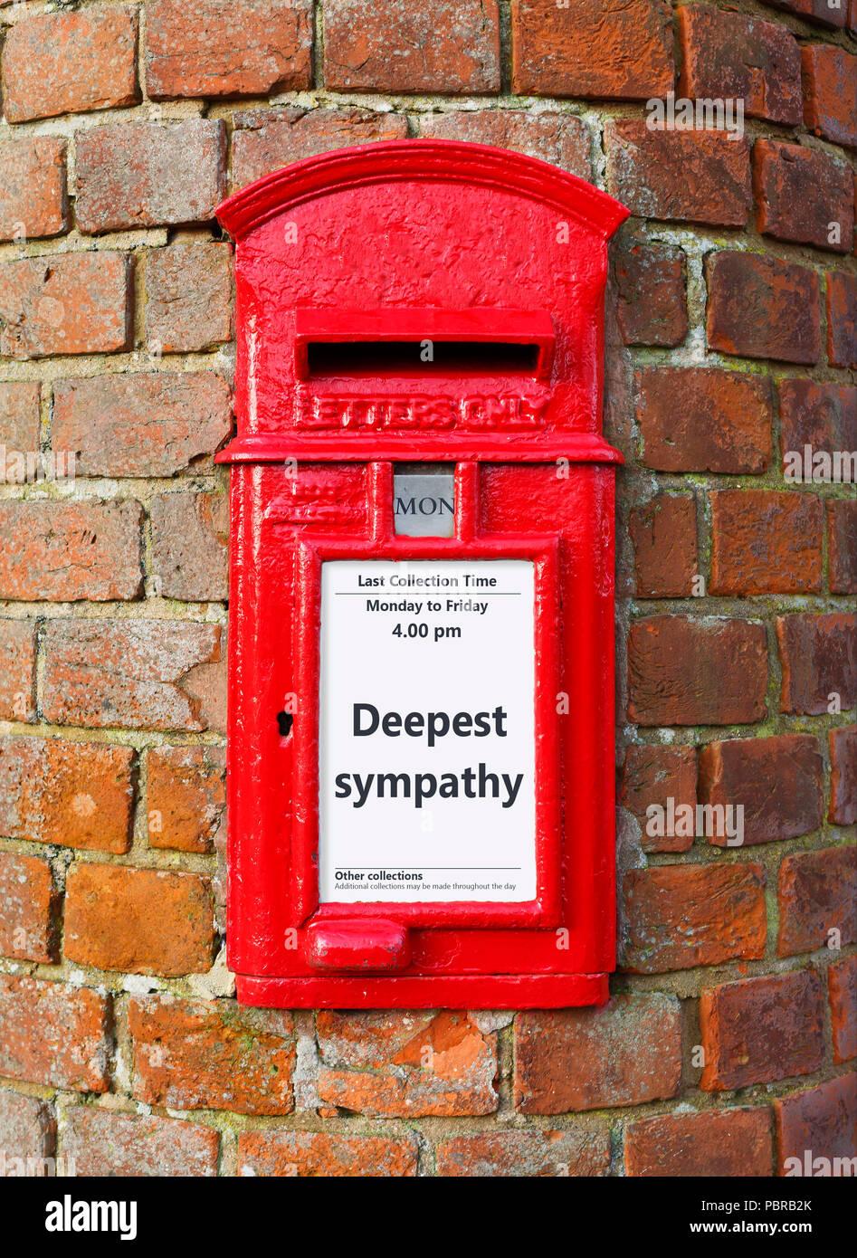British post box con un messaggio che legge più profondo cordoglio, ideale per un biglietto di auguri design Immagini Stock