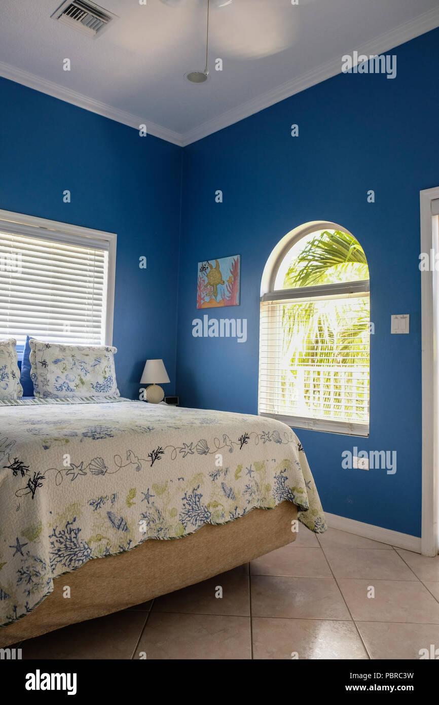 Colore blu hotel parete camera da letto a Isola Cayman Foto ...