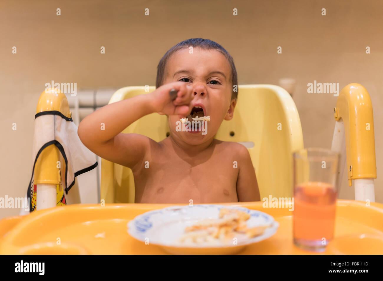 Scrivania Per Bambini 2 Anni : Il ragazzo di anni di mangiare tavolo per bambini il concetto