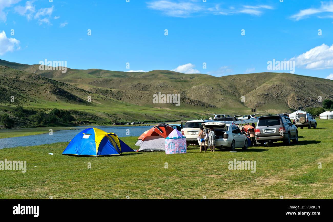Campeggio presso il fiume Orchon, Sito del Patrimonio mondiale il paesaggio culturale della valle Orchon, Charchorin, Öwörchangai Provincia Immagini Stock