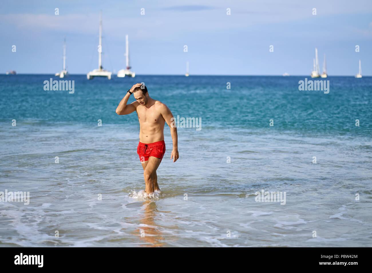 Costumi Da Bagno Bianco Uomo : Attività sportive conciate l uomo sta nelle onde del mare sulla